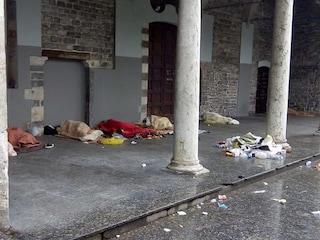 Caso senzatetto a Como: il Comune cerca di farli andare via con gli idranti