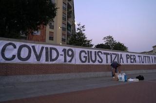 """Milano, uno striscione di 27 metri in Darsena: """"Covid-19, giustizia per tutti i nostri morti"""""""