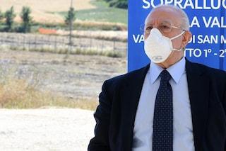 """De Luca: """"Andiamo avanti coi vaccini agli over 60, ma su AstraZeneca comunicazioni idiote"""""""