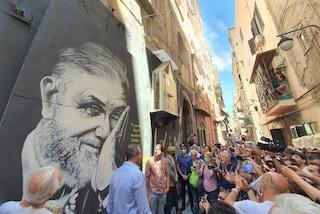 Quartieri Spagnoli, ecco il murale di Luciano De Crescenzo ad un anno dalla morte