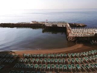 Sigilli al solarium del Lido Sirena di Posillipo: mancano le autorizzazioni per la pedana