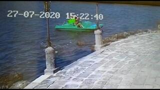Con il pedalò e i 3 figli piccoli nel Lago Fusaro, inquinato e pericoloso: denunciata una donna