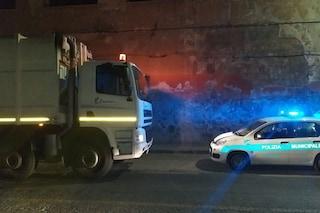 """Pozzuoli, multati camion rifiuti arrivati da Ischia: """"Fuori orario e odori insopportabili"""""""