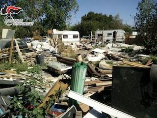 Una discarica abusiva al Lago Lucrino piena di rifiuti pericolosi e auto abbandonate