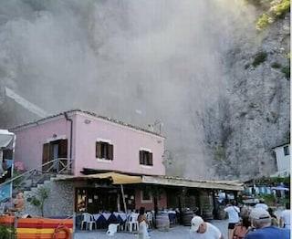 Frana in Costiera Amalfitana, polvere e detriti sulla spiaggia a pochi metri dai bagnanti