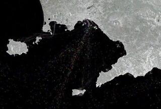 """Il Golfo di Napoli visto dallo spazio: le scie delle navi che passano formano un """"cielo stellato"""""""