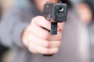 Varcaturo, tentano rapina in pizzeria, il proprietario li stende: uno arrestato, complice in fuga
