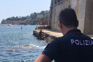 Uomo nudo in spiaggia a Posillipo cerca di scappare a nuoto dalla polizia