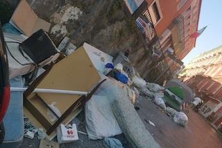 Rifiuti, Napoli invasa da frigoriferi e mobili: 1000 tonnellate in più in strada a giugno. È allarme