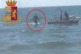 Ricercato scoperto in spiaggia scappa a nuoto. La polizia lo arresta col pattino del bagnino
