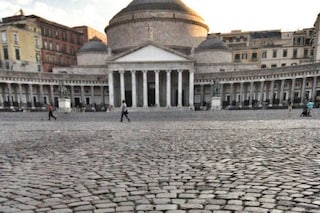 Napoli, folla e assembramenti in piazza del Plebiscito: arrivano i carabinieri