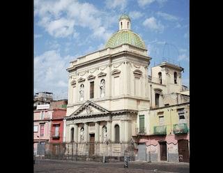 Veranda abusiva con bagno accanto alla chiesa del Settecento: lo scempio in piazza Mercato