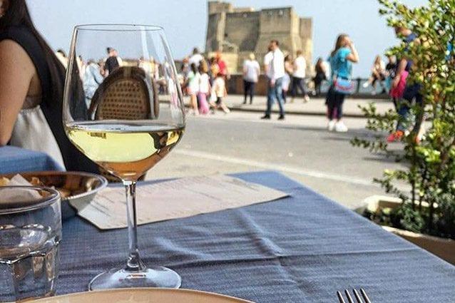 Vista su Castel dell'Ovo dal ristorante Antonio e Antonio (Facebook)