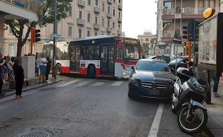 Auto parcheggiata sulle strisce pedonali blocca l'autobus al Vomero, traffico paralizzato
