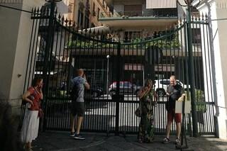 Passeggiano in Villa Floridiana, ma all'uscita il cancello è chiuso: bloccati per 50 minuti