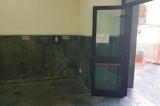 Palazzo San Giacomo senza dispenser gel agli ingressi. Vuota la cassetta di pronto soccorso