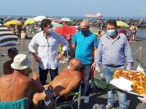 Il sindaco di Portici in spiaggia per i tradizionali auguri di Ferragosto.
