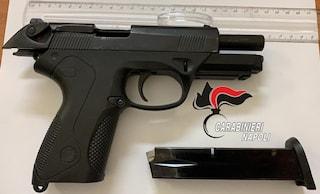 Una pistola nascosta nella cameretta di un 16enne: la scoperta nei Quartieri Spagnoli