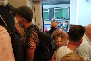 In centinaia bloccati in stazione a Sapri: il treno per la Calabria è troppo pieno e non parte