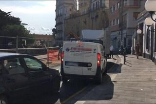 Traffico e caos al Corso Vittorio Emanuele, auto contromano si bloccano nel cantiere