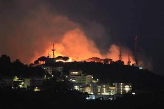 Salerno, grande incendio sulla collina vicino alla città: paura tra gli abitanti