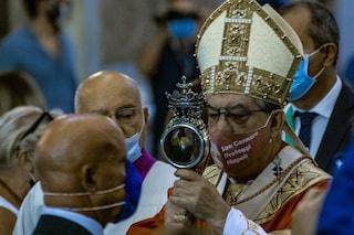 """Miracolo di San Gennaro, sulla mascherina del Cardinale il volto del Santo: """"Proteggi Napoli"""""""