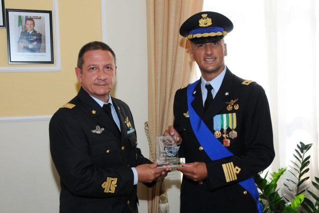 Il generale Achille Cazzaniga (a sinistra) e il colonnello Vittorio Vicari (a destro), nuovo comandante dell'aeroporto di Capodichino.