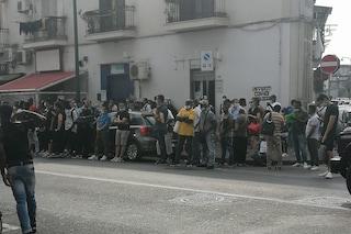 Questura Napoli, ancora centinaia in fila all'ufficio immigrazione di via Ferraris