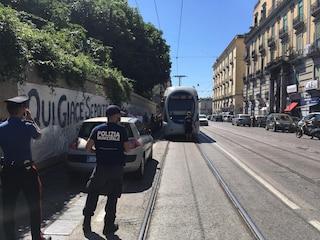 Tutti i tram di Napoli bloccati da un'automobile sui binari per due ore