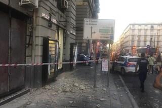 Con le piogge tornano i crolli: calcinacci cadono da un palazzo del corso Garibaldi