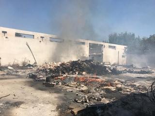 A fuoco il capannone dell'Euromilk, deposito confiscato alla camorra dei Casalesi