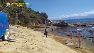 Lettini e sdraio sullo scoglio di Marechiaro: sequestrati due stabilimenti balneari abusivi