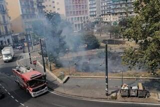 Incendio a piazza Nazionale al centro di Napoli: a fuoco le aiuole. Colonna di fumo