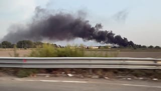 Incendio a Caivano, fiamme nei pressi di un campo rom: vasta nube di fumo nero nel cielo