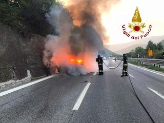 Avellino, auto prende fuoco sull'Autostrada A16: due persone salvate dai pompieri
