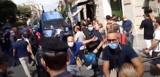 Salvini contestato a Torre del Greco: lancio di pomodori e insulti, il comizio dura 5 minuti
