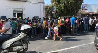 Questura Napoli, centinaia di persone assembrate all'ufficio immigrazione di via Galileo Ferraris
