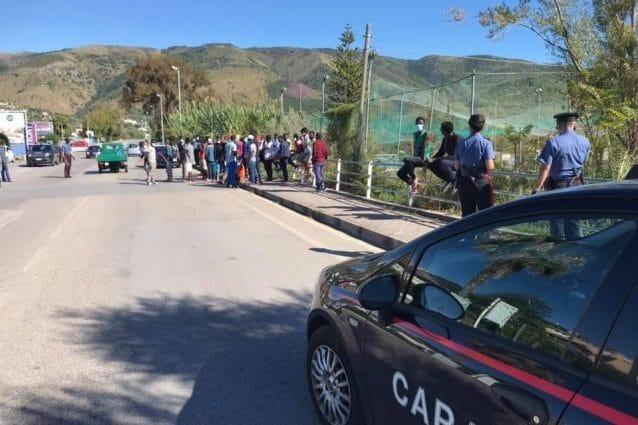 Coronavirus, a Palinuro i migranti del centro accoglienza in strada contro  la quarantena