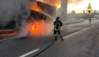 Camion di birre a fuoco sull'autostrada A16 Napoli-Bari all'altezza di Mirabella Eclano