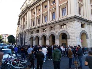 """Un momento della protesta di oggi davanti al Comune di Salerno contro il coprifuoco regionale. [Foto da """"Figli delle chiancarelle""""]"""