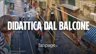 """Napoli, bimbi senza scuola: il maestro va nei vicoli e si inventa la """"didattica dal balcone"""""""