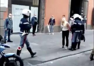 Covid, rifiuta di mettersi la mascherina e colpisce un poliziotto: portata in Questura