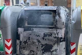 Scontri coprifuoco Napoli, distrutte 20 campane dei rifiuti e pensiline bus: la conta dei danni