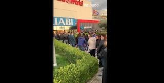 Covid, centinaia di persone in fila al centro commerciale Campania: il video fa il giro del web