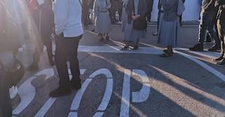Covid, a Napoli centinaia di persone in attesa per i tamponi al Frullone