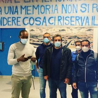 "Whirlpool Napoli, Flavio Insinna in fabbrica insieme agli operai: ""Chiusura inconcepibile"""