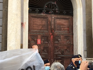 Coprifuoco, nuovi scontri a Napoli: cariche e lacrimogeni davanti all'Unione Industriali