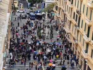 La protesta delle madri davanti alla Regione Campania per la chiusura delle scuole, oggi 17 ottobre. [Foto / Fanpage.it]