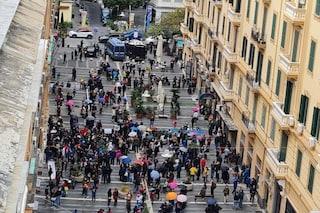 Coronavirus, scuole chiuse in Campania: ancora proteste di mamme e bambini davanti alla Regione