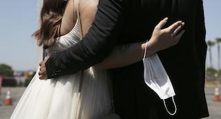 """Covid al matrimonio a Monte di Procida, lo sposo: """"Non siamo incoscienti, virus preso in Campania"""""""